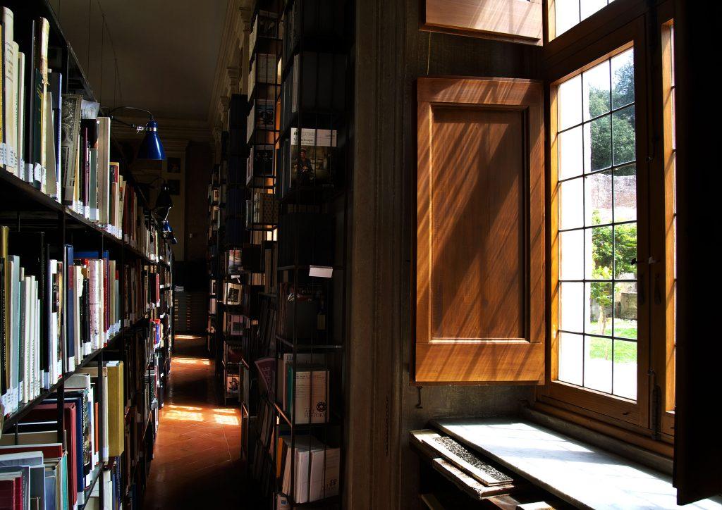 Library villa medici for Casa classica villa medici